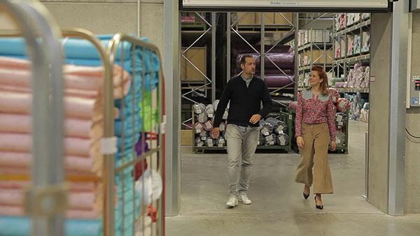 Anke Müller und Florian Wagner im Swafing Logistikzentrum